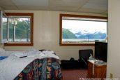 Vue sur la baie et les montagnes enneigées de la chambre de l'hôtel Anchor Inn, Whittier