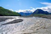 Rivière Toklat et la chaîne d'Alaska en arrière-plan, Denali National Park
