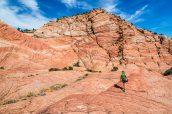 Une randonneuse dans la zone de Candy Cliffs, Yant Flat