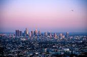 Downtown de Los Angeles en fin d'après-midi, alors que plusieurs avions et hélicoptères survolaient la ville
