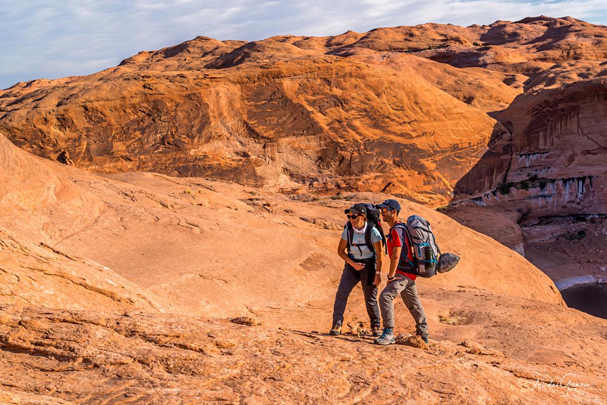 Marion et Jérôme prêts pour le retour après avoir passé la nuit à Reflection Canyon