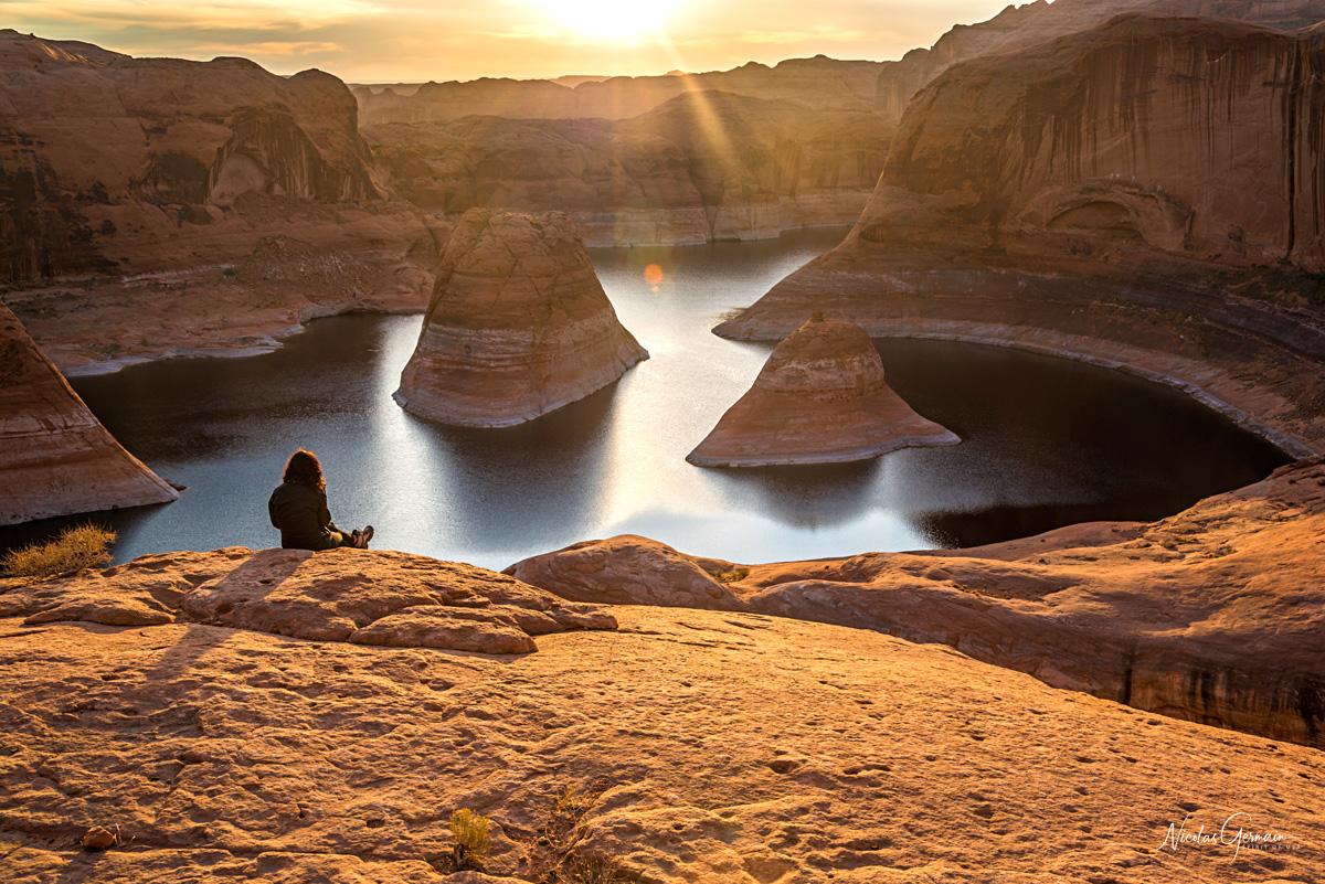 Moment de détente pour Laetitia pendant le lever de soleil à Reflection Canyon
