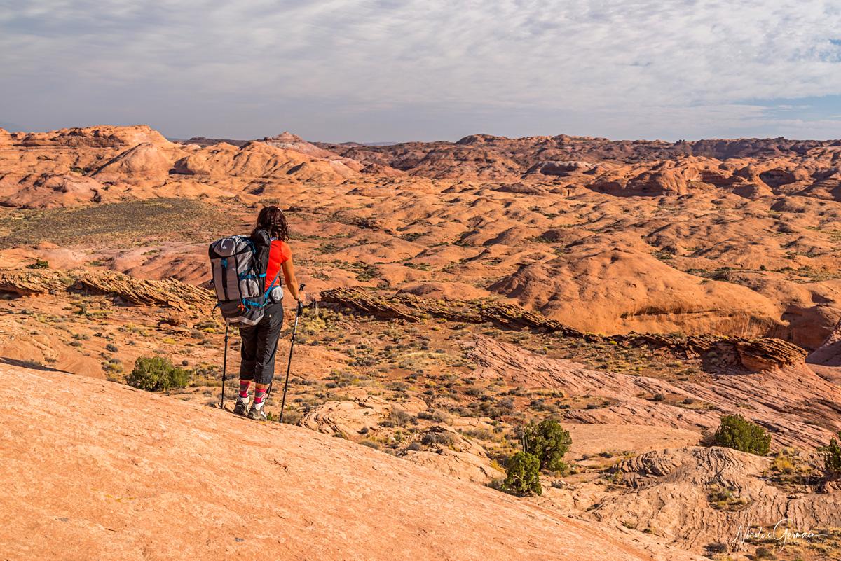 Laetitia admire le paysage sur le chemin du retour