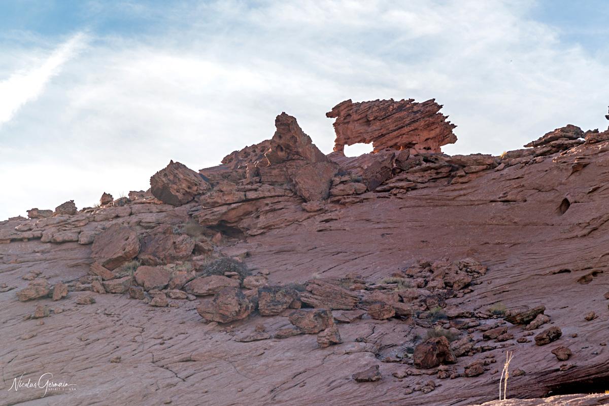 Une petite arche aux allures de canidé vue dans la partie slickrock vers Reflection Canyon
